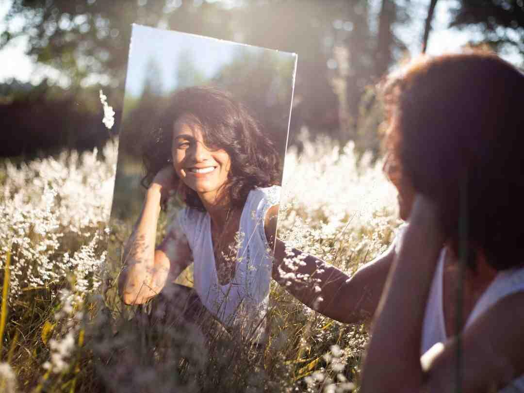 Comment accrocher un grand miroir lourd ?