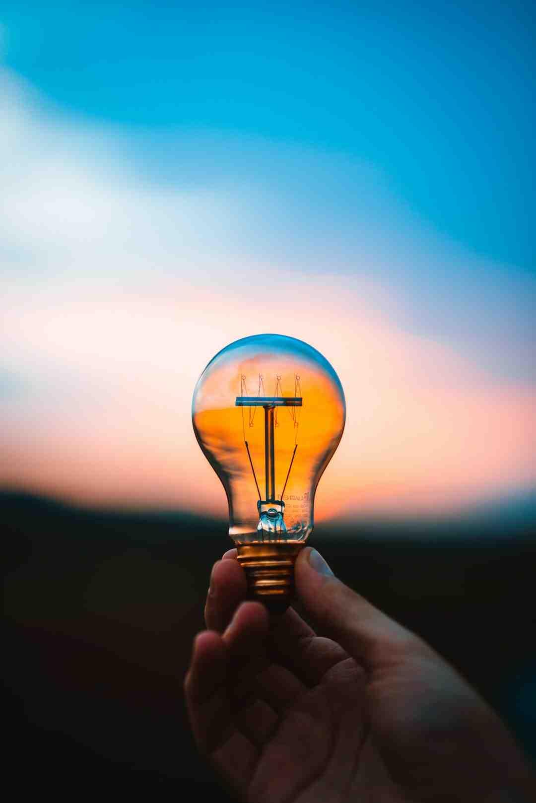 Comment procéder pour changer une lampe grillée à la maison sans danger ?
