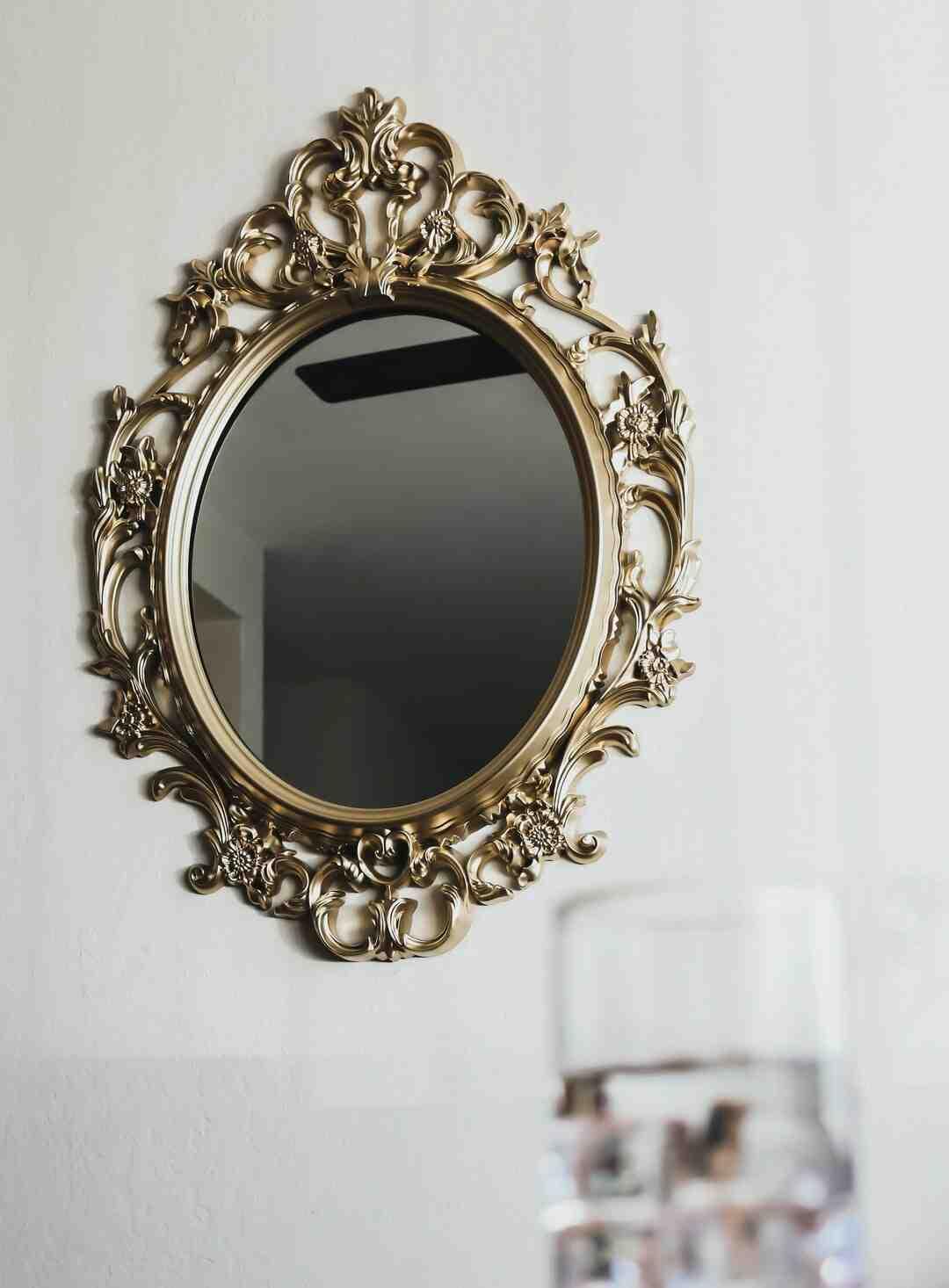 Comment accrocher un miroir sans trou ?