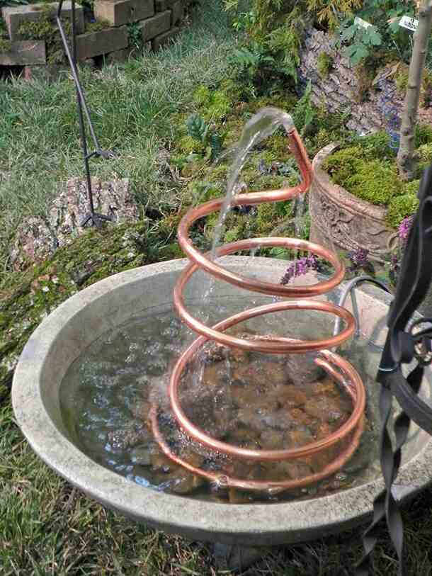Comment faire une fontaine avec des pots de fleurs ?